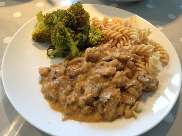 Bergensk påskekylling, servert med brokkoli og grov pasta